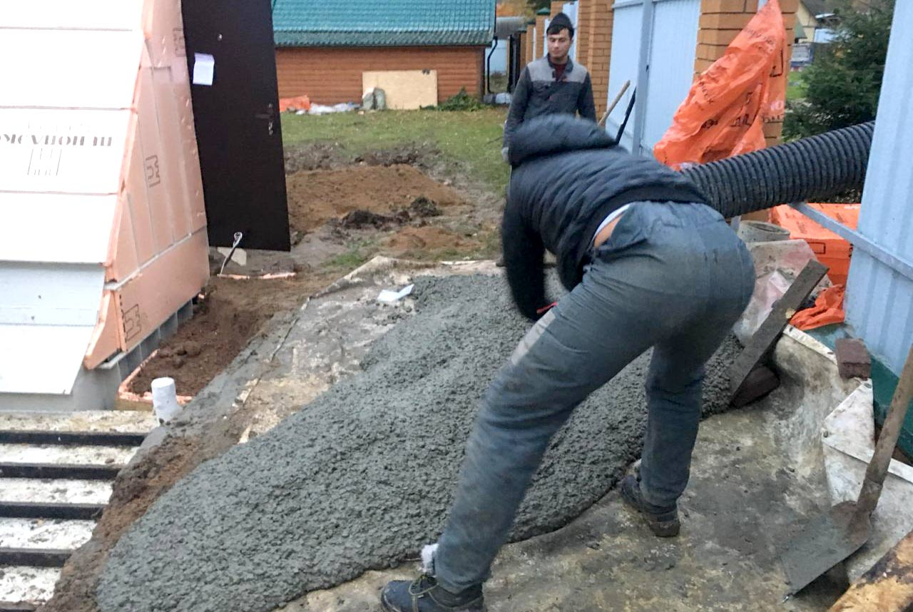 Заливка бетоном М300 в опалубку пластикового погреба